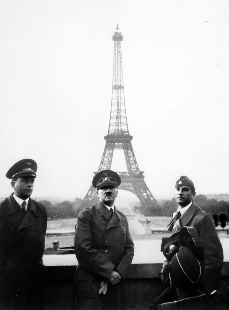 Adolf_Hitler_in_Paris_1940